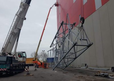 subiendo estructura metalica